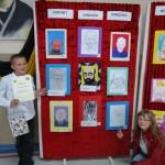 Dominik i Zuzia wskazują swoje prace