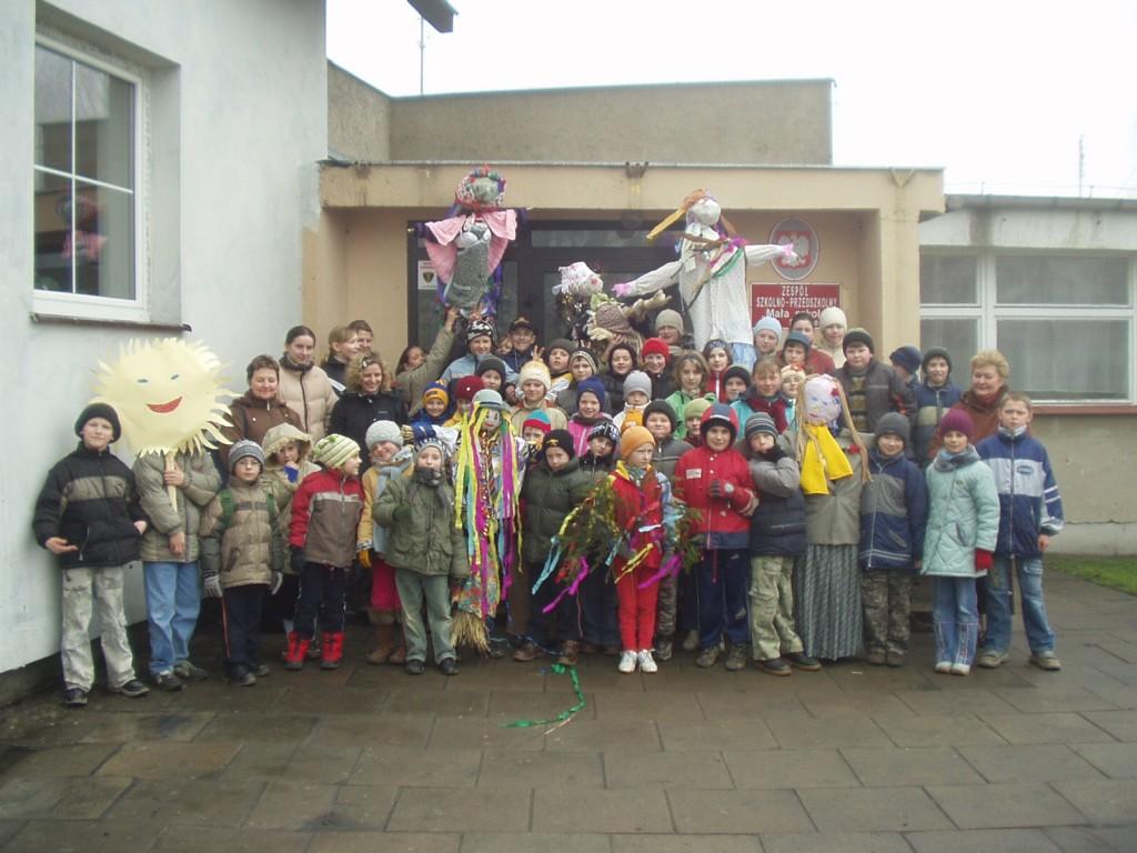 Uczniowie i nauczyciele szkoły przed pochodem żegnania Zimy.