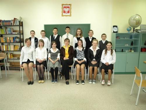 Uczniowie klasy VI wraz z wychowawcą panią Eweliną Pawłowską po zakończeniu sprawdzianu.