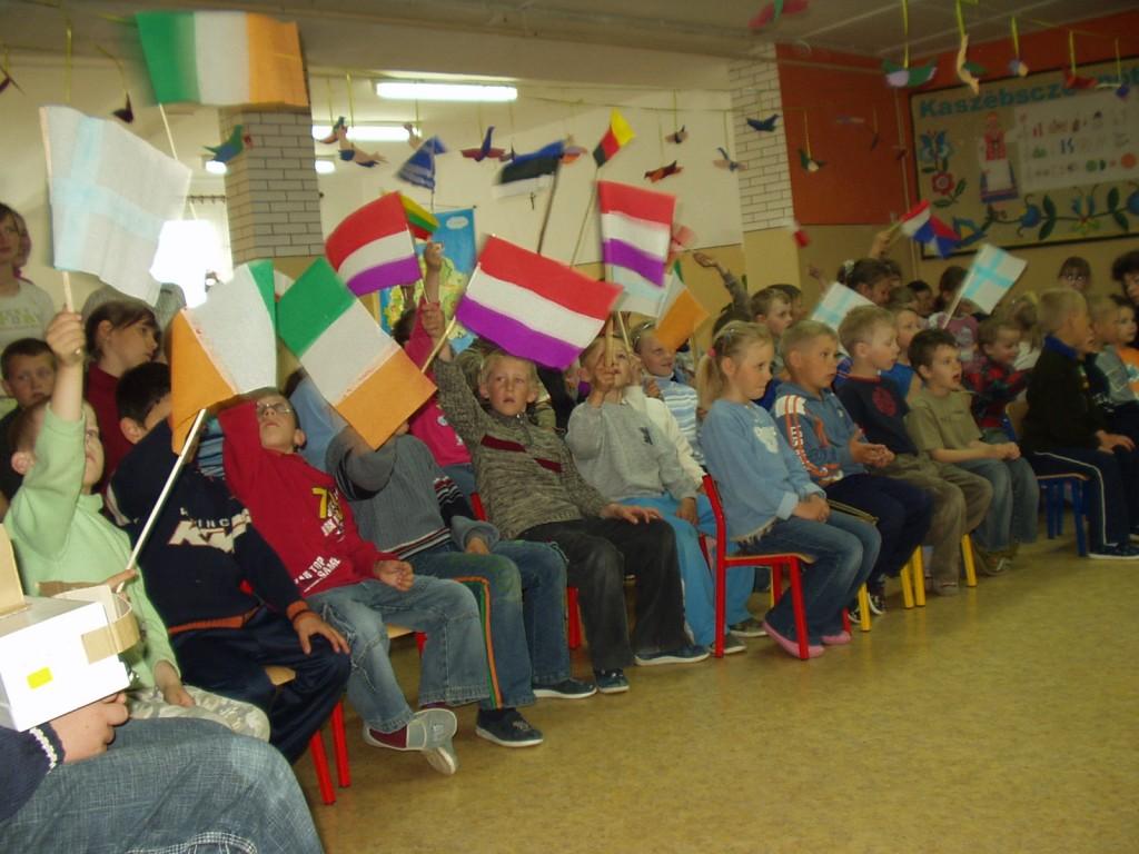 Dzień Europejski – uczniowie z flagami krajów Unii Europejskiej.