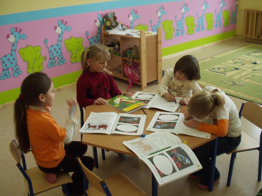 Przedszkolaki: Kamila, Weronika, Olga oraz Aurelia pochłonięte zdobywaniem wiedzy w nowo otwartym przedszkolu.