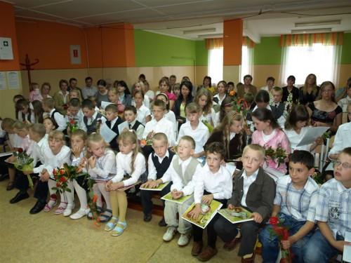 Ostatni dzień roku szkolnego 2007/2008. Dzieci po rozdaniu świadectw oraz nagród.