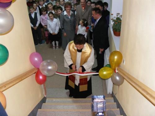 Proboszcz parafii pw. św. Jana Chrzciciela, ks. Marek Wera podczas poświęcenia poddasza.