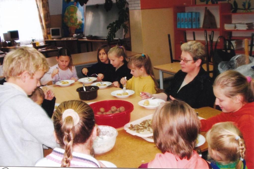 Pani Ewa Warmowska wraz z dziećmi przygotowuje pulki ze śledziem w śmietanie.