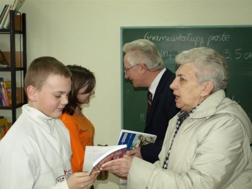 Komisja konkursowa: pani Barbara Klawikowska oraz pan Wenta podczas wręczania nagród laureatom konkursu wiedzy o regionie.