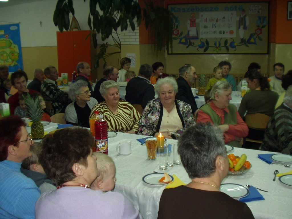 Świętowanie babć i dziadków przy wspólnym stole.