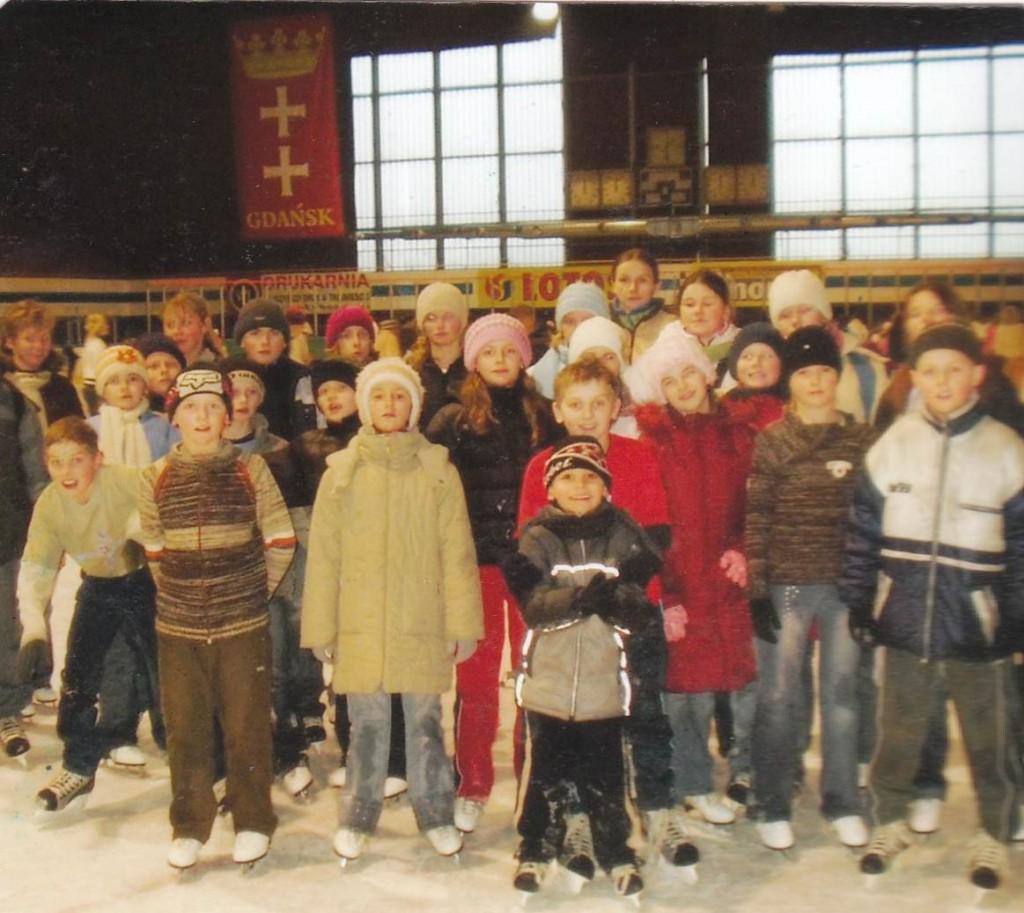 Dzieci wraz z opiekunami na lodowisku w Gdańsku, gdzie próbowały swych sił przez 2 godziny.