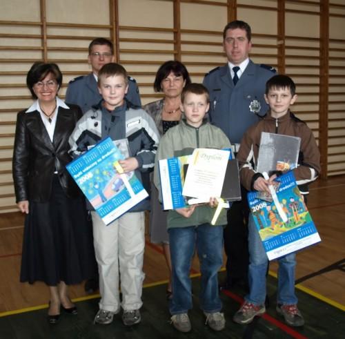 Reprezentanci naszej szkoły: Krystian Teclaf, Szymon Kroll oraz Paweł Labuda po otrzymaniu nagród od organizatorów turnieju.
